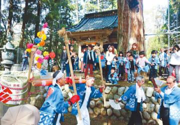 頭川神社(中央奥)の改修を祝い、「やらやら」を奉納する住民たち