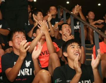 日本代表を応援する日本文理大付高の生徒たち=13日午後8時56分、佐伯市鶴谷町