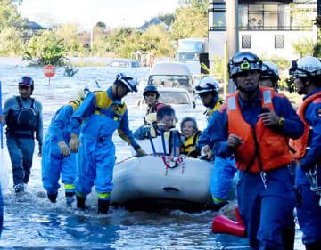 救助隊にボートで救助される特別養護老人ホームの入居者ら=13日午後4時ごろ、川越市下小坂