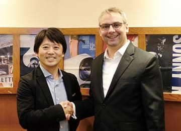 NTTデータイントラマートの中山義人社長(左)と独シグナビオのダニエル・フルトヴェングラー バイスプレジデント(アジア太平洋地域セールス担当)