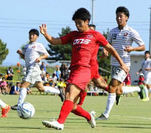 【いわき―Chukyo】前半26分、この日自身2点目のゴールを決めるいわきのFW平岡〈10〉=13日、鹿児島県志布志市しおかぜ公園