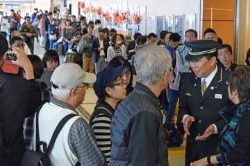 切符の払い戻しや振り替えのため「みどりの窓口」に並んだり、駅員(右)に尋ねたりする大勢の利用客=13日午後0時50分ごろ、JR新青森駅