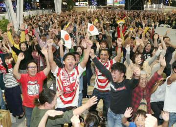 日本の勝利に沸く祝祭の広場=13日午後9時41分、大分市府内町
