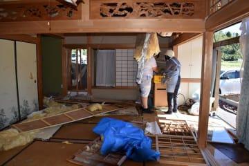被災した住宅では、住民らが後片付けに追われた=13日午前10時55分ごろ、市原市永吉