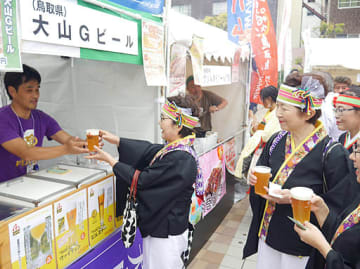 鳥取県の地ビール「大山Gビール」を買い求める来場客=13日、大阪市浪速区の湊町リバープレイス