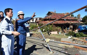竜巻で被害を受けた住宅などを視察する森田知事(左)=13日午前9時45分ごろ、市原市