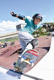 【スケートボード室蘭オーロラLC杯】パーク種目でランページを果敢に攻める選手=室蘭レインボー公園