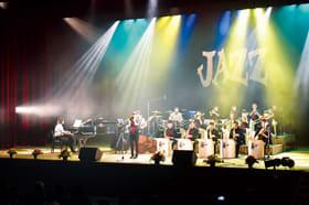 にぎやかなジャズの演奏で会場を盛り上げる部員