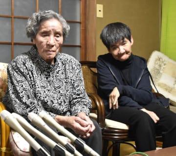 亡くなった坂本フジエさん(左)。右は娘のしのぶさん=2018年11月、熊本県水俣市