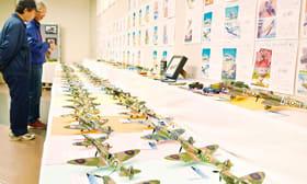 戦闘機などのプラモデルを並べた室蘭プラ模愛好会の作品展