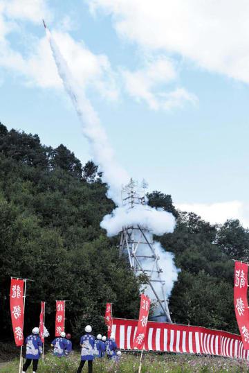 白煙を噴き出しながら上空へ打ち上がる龍勢=13日正午ごろ、秩父市下吉田の椋神社周辺