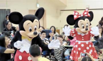 子どもたちに大歓迎を受けたミッキーマウスとミニーマウス=県立熊谷特別支援学校