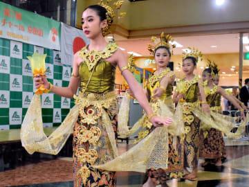 伝統舞踊を披露するブッサバー舞踊学校の子どもたち(京田辺市田辺中央、アル・プラザ京田辺)
