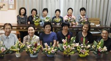 「フラワーアレンジの会」に集まった女性ら。後列左端が講師の市原由美子さん=9月30日、御船町