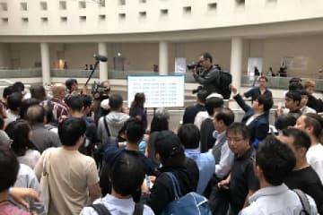 「表現の不自由展」が再開した10月8日、1回目の抽選には700人もの人が殺到した(名古屋市・愛知芸術文化センター、弁護士ドットコムニュース撮影)