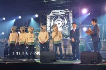 寄贈した仮設ステージに立つ「MAN WITH A MISSION」のメンバーと大西一史市長(右から2人目)=熊本市中央区
