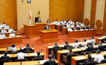 県議会の本会議。子育て世代の男性議員は小泉進次郎環境相の発言で注目された育休をどう考えているか=8日