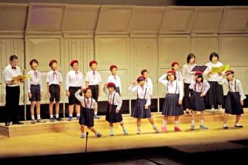 人気曲「パプリカ」を踊りを交えて披露する与謝野児童合唱団エンゼルハーモニーの子どもら(与謝野町岩滝・町生涯学習センター知遊館)