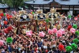 松原八幡神社の境内で勇壮な屋台の練り合わせを見せる氏子ら=14日午後、姫路市白浜町