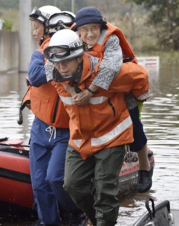 老人ホーム「ケアハウス主の園」から救助される女性=14日午後0時37分、埼玉県川越市