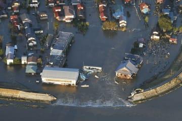 台風19号の影響で吉田川の堤防が決壊し、氾濫した現場=13日午後4時36分、宮城県大郷町(共同通信社ヘリから)