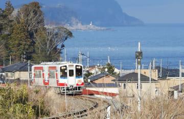 今年3月の開通の際に、海を背に走る三陸鉄道リアス線の記念列車