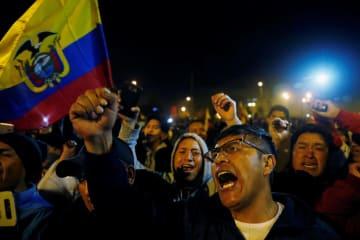 モレノ大統領の財政緊縮策撤回を喜ぶ人々=13日、キト(ロイター=共同)