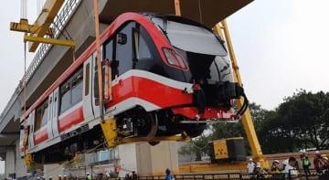 首都圏LRTの車両第1号が線路に設置された=13日、ジャカルタ(国営建設アディ・カルヤ提供)