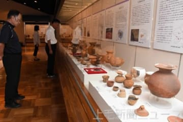 県内の古墳から出土した土器や鏡を展示する会場