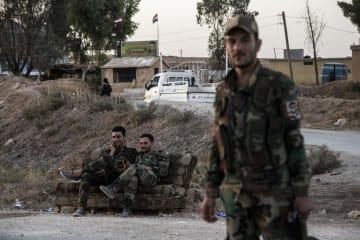 シリア北部に展開するアサド政権軍の兵士ら=14日(AP=共同)