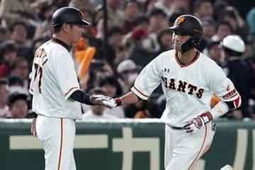 今季三塁ベースコーチを務めている巨人・元木大介内野守備兼打撃コーチ(左)【写真:AP】