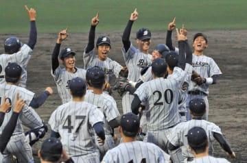 3季連続55度目の優勝を決め、マウンドへ集まる佛大ナイン(甲賀市民スタジアム)