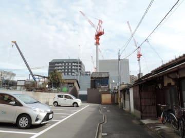 クレーンが並び、ホテルが次々に建設されているJR京都駅南側の地域(2018年11月、京都市南区)