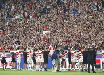 スコットランドに勝利し、初の8強入りを決めた日本代表の選手たちに声援を送るファン=13日夜