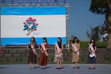 上総いちはら国府祭りのステージで千葉港のPRを行うポートクイーン千葉