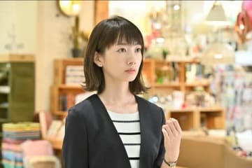 女優の波瑠さんの主演ドラマ「G線上のあなたと私」第1話の1シーン(C)TBS