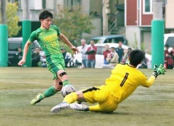 前半16分、帝京長岡高のFW晴山(左)のゴールで1-0=14日、帝京長岡高