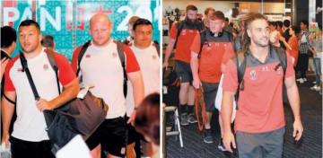 (左)ホテルに到着し、歓迎を受けるイングランドの選手ら=14日、別府市 (右)宿泊先のホテルに到着したウェールズの選手ら=14日、日出町