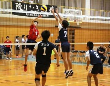 県大会出場を目指し熱戦を繰り広げるバレーボール男子の選手たち=勝北中体育館
