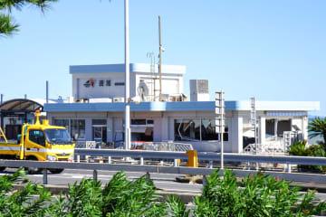 窓などが大きく損壊している西湘バイパス下り線の西湘PA=小田原市国府津