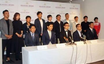 会見する石川会長(前列中央)と大賞候補者(後列)