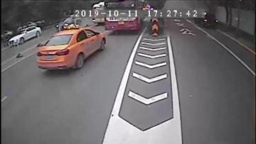 乗用車が路上で炎上 路線バスの運転手や乗客が消し止める 陝西省西安市