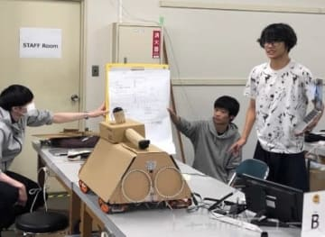 「サル検知マシーン」の試作品について発表するメンバー
