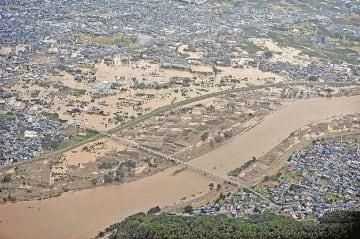 堤防決壊で大規模な浸水被害が発生した長野県千曲市雨宮付近(13日撮影、アジア航測・朝日航洋提供)