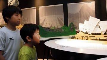 熊本パルコと「サクラマチ クマモト」の2カ所で開催中の展覧会を訪れ、シドニーのオペラハウスを模して作った作品を眺める子どもたち=熊本市中央区