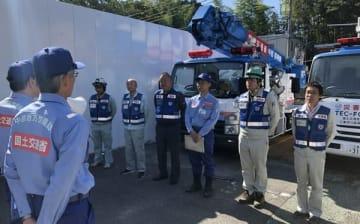 【出発式で秋葉所長(左端)の激励を受ける職員ら=津市広明町で】