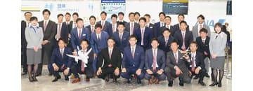 日本選手権に向けて北海道を出発する日本製鉄室蘭シャークスの選手ら=15日午前9時50分、新千歳空港