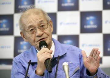 リチウムイオン電池材料評価研究センターで記者会見する吉野彰さん=16日午前、大阪府池田市