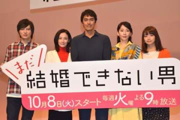 連続ドラマ「まだ結婚できない男」の会見に登場した(左から)塚本高史さん、吉田羊さん、阿部寛さん、稲森いずみさん、深川麻衣さん