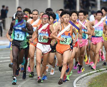 一斉にスタートを切りトラックを駆け抜ける1区走者=14日、鳥取県境港市の竜ケ山陸上競技場